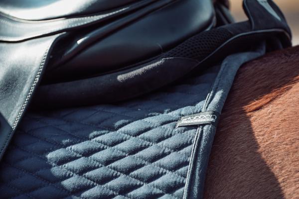 Detailansicht von hinten der Streamline Schabracke auf einem Pferderücken unter einem Sattel