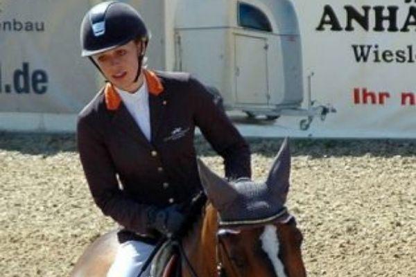 Laura Klaphake: Reiterin auf einem braunen Pferd