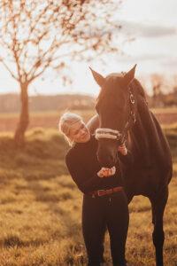 Pferd tot: Frau und Pferd auf einer Wiese