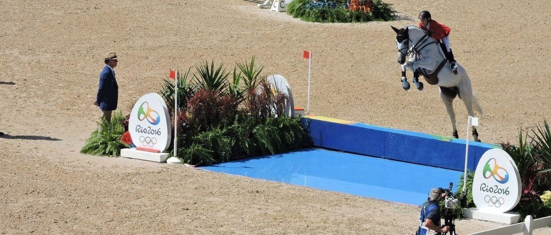 Reiten bei Olympia: Pferd springt über ein Wasserhindernis