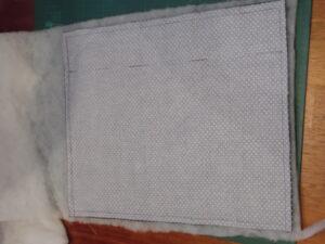 Bandagier Unterlagen nähen: Weißer Baumwollstoff auf einem Tisch