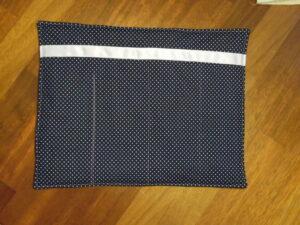Bandagier Unterlagen nähen: Blauer Fließ auf einem Tisch