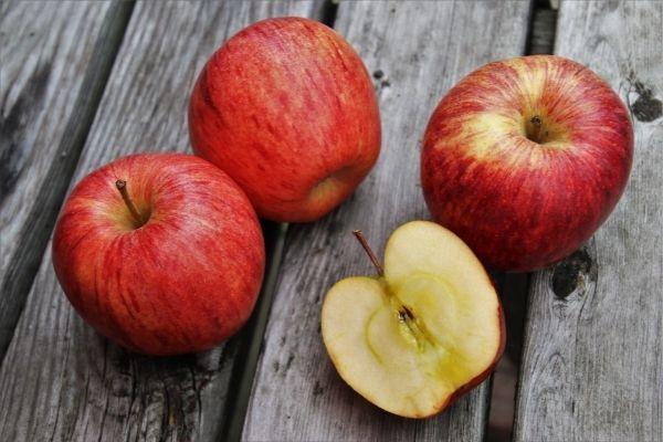 Obst und Gemüse für Pferde: Vier Äpfel für Pferde auf einem Tisch