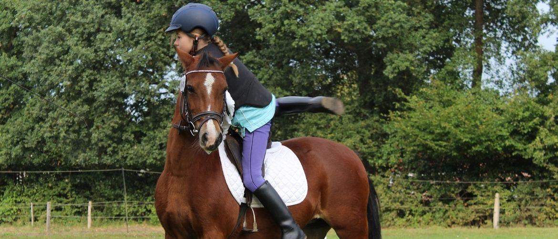 Kinder und Pferde: Mädchen steigt vom Pferd herunter