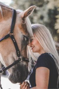 Frau und Pferd zusammen